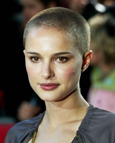 Donne con i capelli rasati